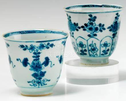 Deux tasses tronconiques sur talon en porcelaine.  Chine XVIIIe siècle. A décor en bleu sous