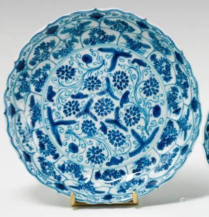Deux coupelles en porcelaine. Chine. XVIIIe siècle. Période Kangxi (1662 - 1722) L'une à bor