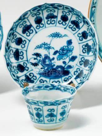 Sorbet et soucoupe en porcelaine. Chine. XVIIIe siècle. A bord contourné, décorée en bleu so
