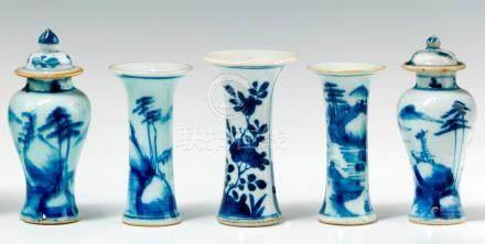 Garniture miniature en porcelaine.  Chine. XVIIIe siècle. Comprenant deux vases balustres co