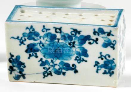 Pique bâtonnets d'encens en porcelaine.  Chine. XIXe siècle. De forme rectangulaire, décorée