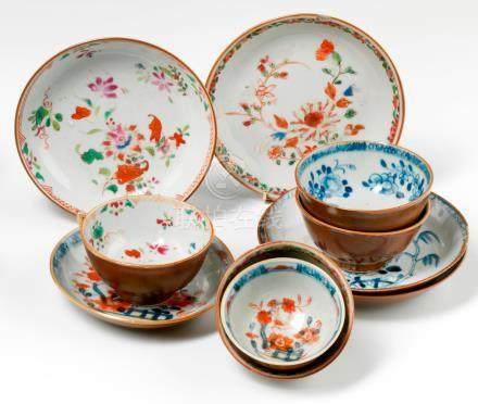 Cinq sorbets et soucoupes en porcelaine à fond brun.  Chine. XVIIIe siècle. Décorée en bleu