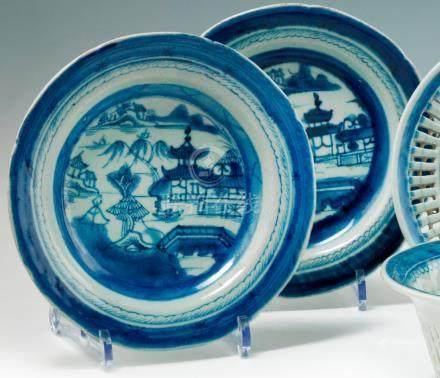 Porcelaine bleue blanc. Chine. XIXe siècle. Comprenant une paire d'assiettes rondes et creus