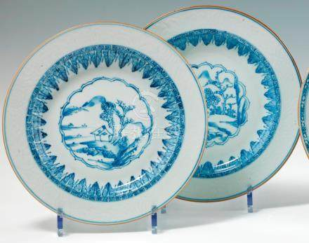 Paire d'assiettes rondes en porcelaine bleu blanc Chine. XVIIIe siècle. De forme ronde, déco