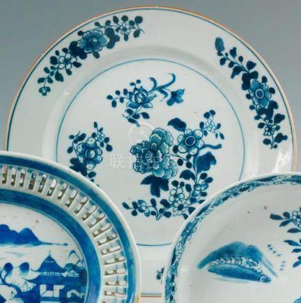 Petit plat rond en porcelaine bleu blanc. Chine. XVIIIe siècle Décorée en bleu sous couverte