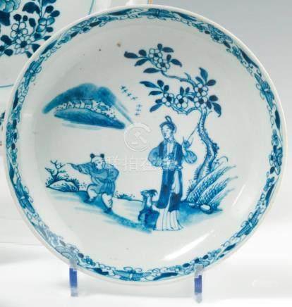 Assiette ronde calotte en porcelaine bleu blanc. Chine. XVIIIe siècle. Décorée en bleu sous