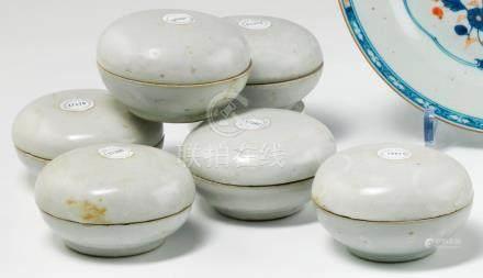 Deux boîtes rondes couvertes en porcelaine céladon. Chine fin XVIIe siècle. Provenance ; car