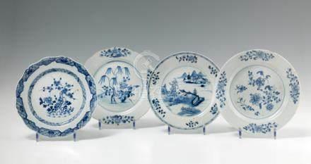 Quatre assiettes en porcelaine bleu blanc. Chine. XVIIIe siècle. De forme ronde et contourné