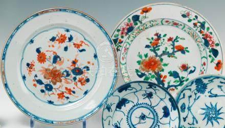 Deux assiettes rondes en porcelaine Imari. Chine. XVIIIe siècle Décorées dans la palette Ima