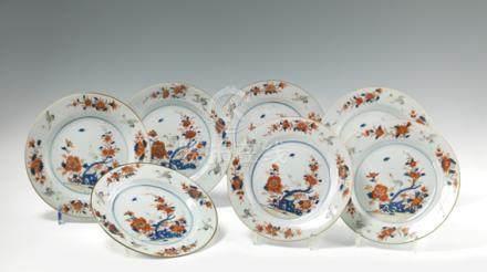 Suite de 7 assiettes rondes en porcelaine Imari. Chine. XVIIIe siècle. A décor d'une terrass