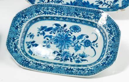 Petit plat octogonal en porcelaine bleu et blanc. Chine. XVIIIe siècle. Décorée en bleu sous