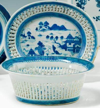 Chine. Coupe ovale et présentoir en porcelaine ajourée bleu blanc. XVIIIe siècle. Décorés en