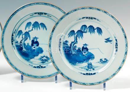 Paire d'assiettes rondes en porcelaine en bleu.  Chine. XVIIIe siècle. Décorées en bleu sous