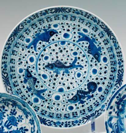 Paire d'assiettes en porcelaine bleu blanc.  Chine. XVIIIe, période Kangxi (1662 - 1722) Déc