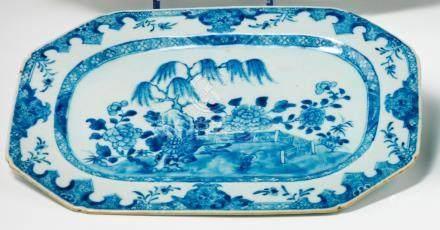 Plat octogonal en porcelaine bleu blanc. Chine. XVIIIe siècle. Décorée en bleu sous couverte