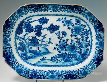 Plat octogonal en porcelaine bleu blanc. Chine. XVIIIe siècle. Décorée au centre d'un paysag