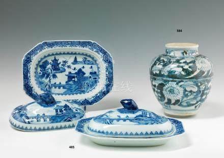 Rare paire de plats octogonaux couverts en porcelaine bleu blanc. Chine. XVIIIe siècle. A dé