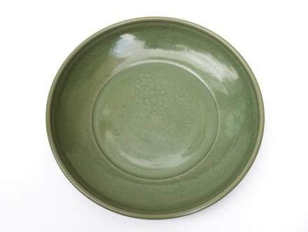 A Chinese Longquan Porcelain Dish明永宣-龍泉窯葡萄紋大盤