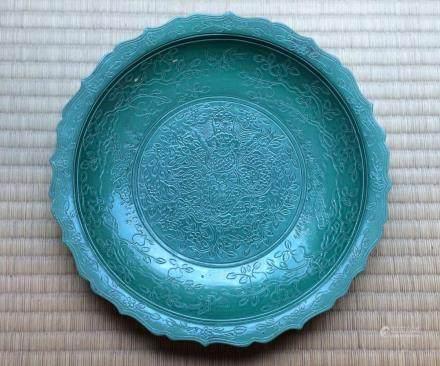 A Chinese Green-Glazed Porcelain Dish大明嘉靖年製款綠釉刻龍紋葵口盤