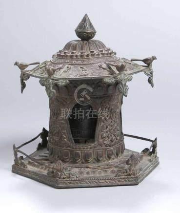 Kupfer-Gebetsmühle, Tibet, wohl 18. Jh., gearbeitet in Form eines Geisterhauses auf sechseckiger