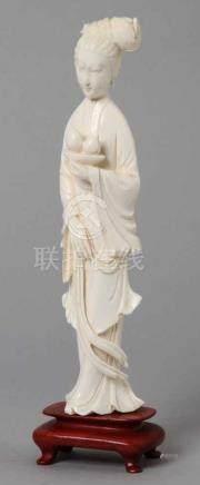 Elfenbein-Figur, \Hofdame\, China, um 1920, auf 4-füßigen Holzsockel montierte, stehende,