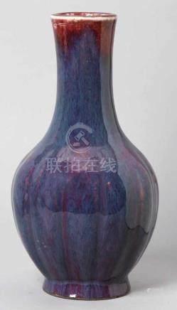 Porzellan-Ziervase, China, 18. Jh., gerippter Korpus mit Röhrenhals, ochsenblutrot-bläulich-violette