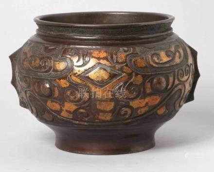 Bronze-Ziervase bzw. -Räuchergefäß, China, 19. Jh., archaisches Reliefdekor, dunkelbraune Patina mit