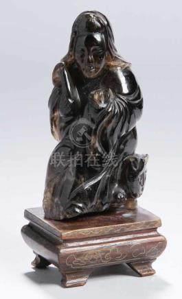 Rauchquarz-Figur, \Guanyin\, China, vollplastische, auf Katze sitzende Darstellung in stiltypisch