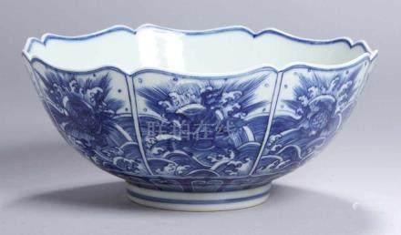 Porzellan-Kumme, China, 19./20. Jh., runder Stand, sich bauchig vorwölbender, tief gemuldeter Korpus