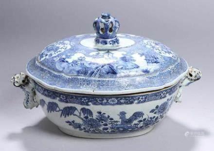 Porzellan-Deckelschüssel, China, 18. Jh., über eingezogenem Ovalstand sich bauchig vorwölbender,