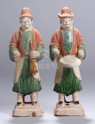 Ein Paar Ton-Figuren, China, im Tang-Stil gearbeitet, auf gestuftem Rechtecksockel vollplastische,