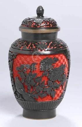 Schichtlack-Deckelvase, China, 1. Hälfte 20. Jh., runder Stand, ovoider Korpus mit eingezogenem