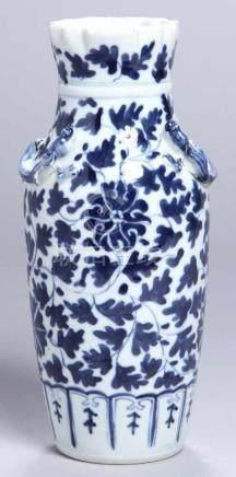 Porzellan-Ziervase, China, 19. Jh., runder Stand, schlanker Korpus mit eingezogenem Hals und