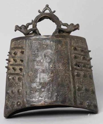 Bronze-Glocke, China, 18. Jh., beidseitig gedrückter Korpus mit schiffchenförmiger Öffnung,