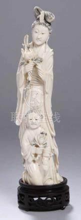 Elfenbein-Figur, \Hofdame mit Kind\, China, um 1900-20, vollplastische bzw. reliefplastische,