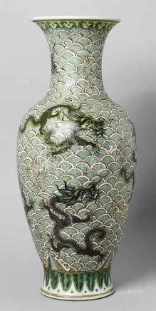 Porzellan-Ziervase, China, wohl 19. Jh., runder Stand, hoher Balusterkorpus mit ausschwingender
