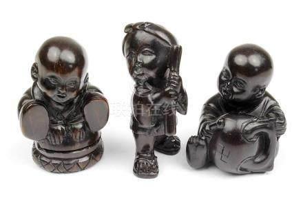3 Netsuke - musizierende Kinder, Japan, 2.H.20.Jh., Holz geschnitzt, jeweils im Boden mit