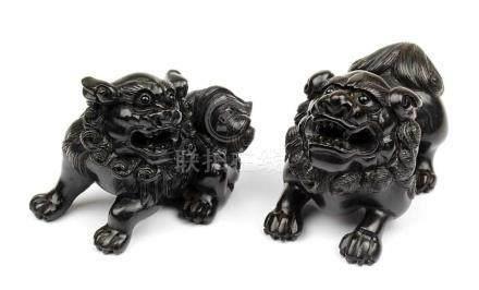 2 Netsuke - Foo-Hunde, Japan, 2.H.20.Jh., Holz geschnitzt, jeweils im Boden mit eingelegter Marke