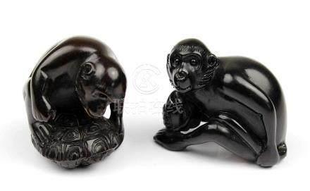 2 Netsuke - Affen, Japan, 2.H.20.Jh., Holz geschnitzt, jeweils im Boden mit eingelegter Marke bzw.