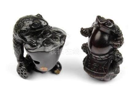 2 Netsuke - Frösche, Japan, 2.H.20.Jh., Holz geschnitzt, jeweils im Boden mit eingelegter Marke bzw.