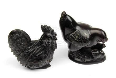 2 Netsuke - Hahn und Henne mit Küken, Japan, 2.H.20.Jh., Holz geschnitzt, jeweils im Boden mit