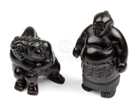 2 Netsuke - Sumoringer, Japan, 2.H.20.Jh., Holz geschnitzt, jeweils im Boden mit eingelegter Marke