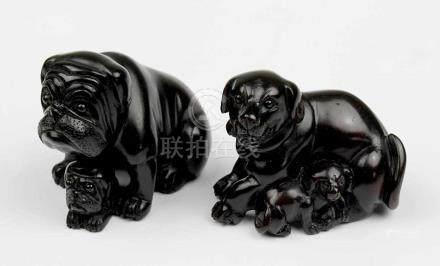 2 Netsuke - Hunde mit Welpen, Japan, 2.H.20.Jh., Holz geschnitzt, jeweils im Boden mit eingelegter