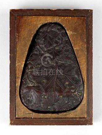 Schminkstein, China um 1920. Gepresster Stein mit floraler Verzierung in Holzhalterung. 10cm. 1410-