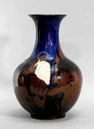 Japan. Künstlervase um 1900/20. Steinzeug, kolbalt Laufglasur auf braun-schwarzer Glasur mit in
