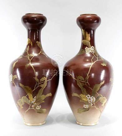 Paar große japan. Satsuma-Vasen um 1900. Keramik, braun glasiert mit Kirschblütendekor in