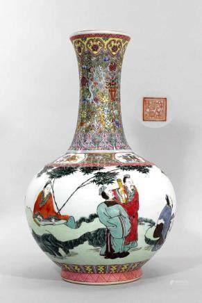 Chin. Vase, Republikzeit. Porzellan, weiß glasiert, polychrom bemalt mit Rankenmuster und