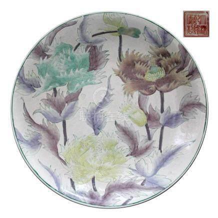 Gr. chin.Schale, Republikzeit. Porzellan mit farbig reliefiertem Blumendekor in Email-Malerei.