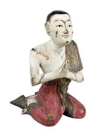 Betender Mönch, Thailand wohl 1. H. 20. Jh., Holz vollrund geschnitzt und farbig gefasst, Gewandsaum