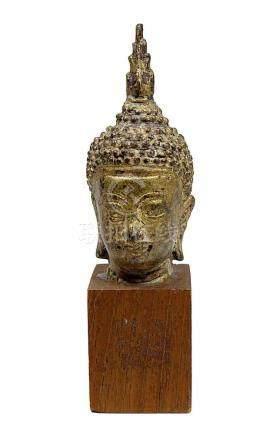 Buddha-Kopf aus Bronze, vergoldet, Thailand 19. Jh. Auf Holzsockel montiert, Kopf Höhe 8,5 cm, mit